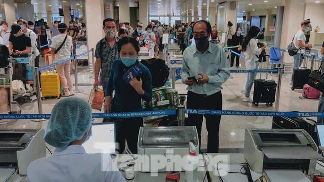 TPHCM lấy mẫu xét nghiệm toàn bộ nhân viên sân bay Tân Sơn Nhất ảnh 1