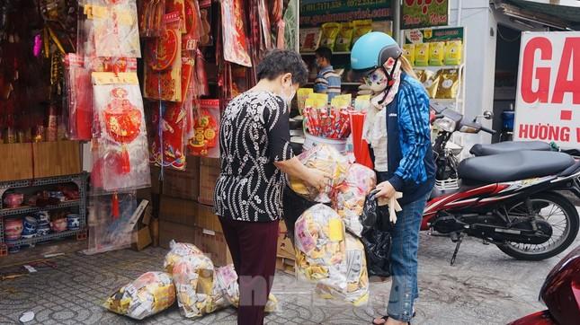 Người Sài Gòn tranh thủ sắm iPad, iPhone về cúng ông Công ông Táo ảnh 14