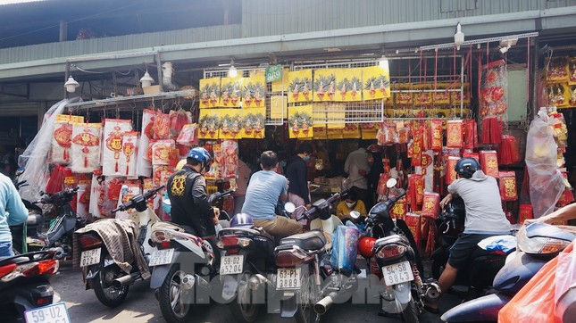Người Sài Gòn tranh thủ sắm iPad, iPhone về cúng ông Công ông Táo ảnh 16