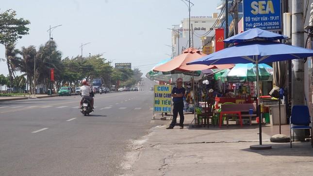 5 thuỷ thủ dương tính SARS-CoV-2: Đường phố Vũng Tàu vắng vẻ, khách tắm biển đeo khẩu trang ảnh 2