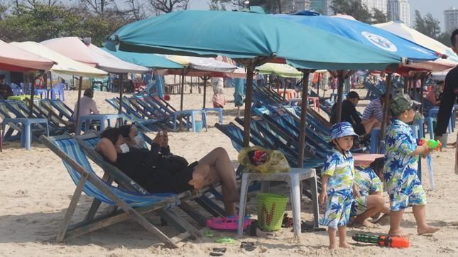 5 thuỷ thủ dương tính SARS-CoV-2: Đường phố Vũng Tàu vắng vẻ, khách tắm biển đeo khẩu trang ảnh 14