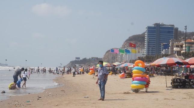 5 thuỷ thủ dương tính SARS-CoV-2: Đường phố Vũng Tàu vắng vẻ, khách tắm biển đeo khẩu trang ảnh 13