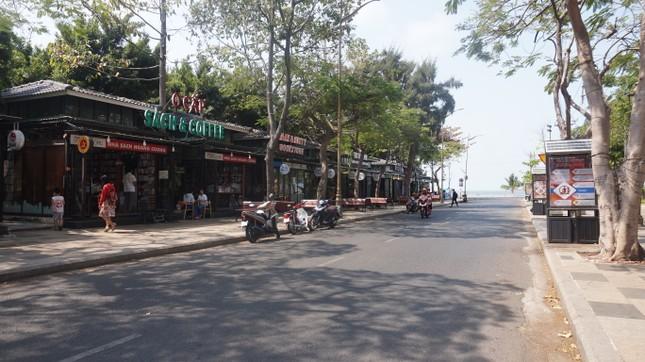 5 thuỷ thủ dương tính SARS-CoV-2: Đường phố Vũng Tàu vắng vẻ, khách tắm biển đeo khẩu trang ảnh 12