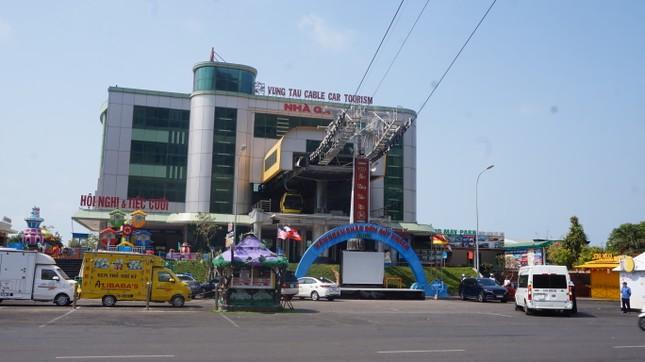 5 thuỷ thủ dương tính SARS-CoV-2: Đường phố Vũng Tàu vắng vẻ, khách tắm biển đeo khẩu trang ảnh 5