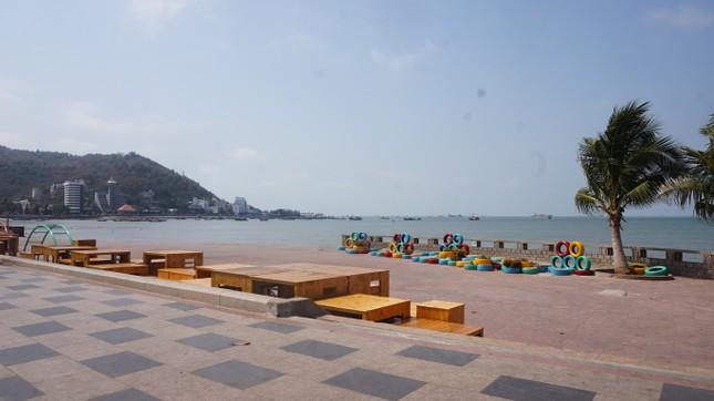 5 thuỷ thủ dương tính SARS-CoV-2: Đường phố Vũng Tàu vắng vẻ, khách tắm biển đeo khẩu trang ảnh 6