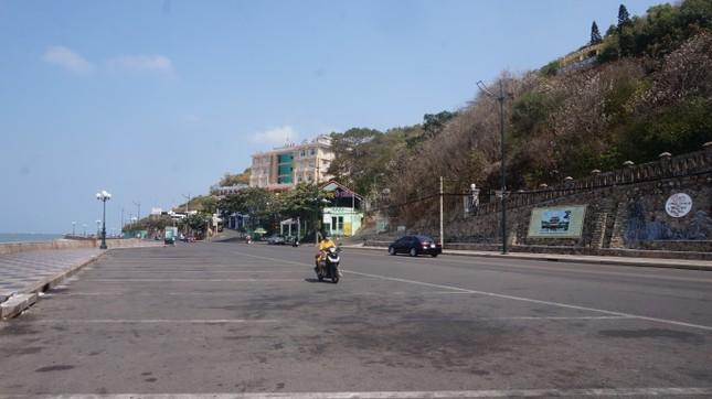 5 thuỷ thủ dương tính SARS-CoV-2: Đường phố Vũng Tàu vắng vẻ, khách tắm biển đeo khẩu trang ảnh 7