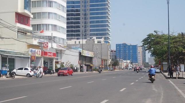 5 thuỷ thủ dương tính SARS-CoV-2: Đường phố Vũng Tàu vắng vẻ, khách tắm biển đeo khẩu trang ảnh 9