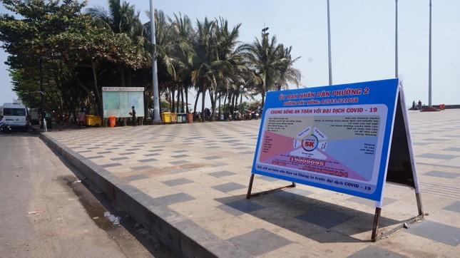 5 thuỷ thủ dương tính SARS-CoV-2: Đường phố Vũng Tàu vắng vẻ, khách tắm biển đeo khẩu trang ảnh 4