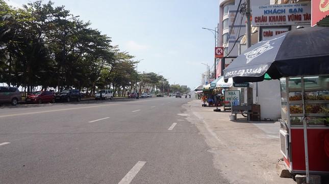5 thuỷ thủ dương tính SARS-CoV-2: Đường phố Vũng Tàu vắng vẻ, khách tắm biển đeo khẩu trang ảnh 3