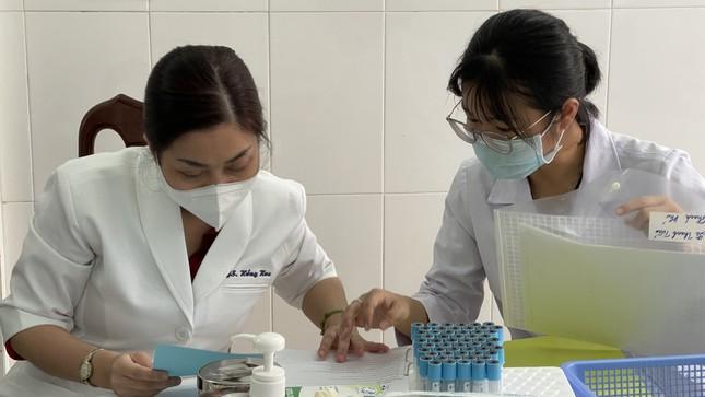 Cận cảnh tiêm thử nghiệm vắc xin ngừa COVID-19 tại Long An ảnh 3