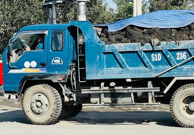 Cận cảnh xe tải chở bùn 'bẫy' người dân ảnh 2
