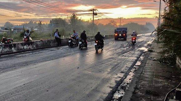 Cận cảnh xe tải chở bùn 'bẫy' người dân ảnh 5
