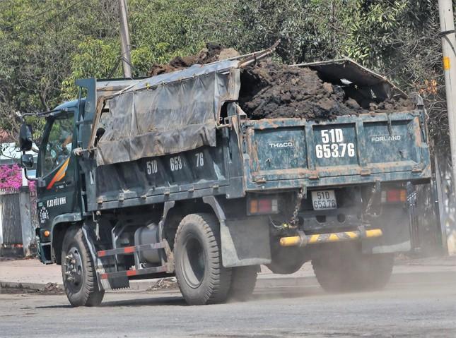 Cận cảnh xe tải chở bùn 'bẫy' người dân ảnh 3