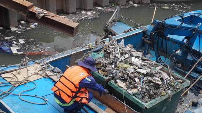 Hai cơn mưa ở TPHCM làm chết gần 14 tấn cá trên kênh ảnh 3