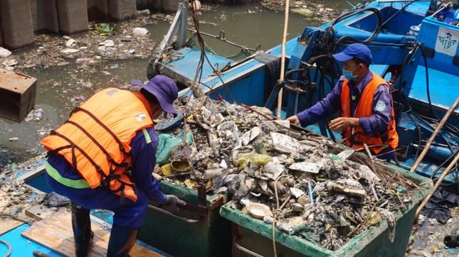Hai cơn mưa ở TPHCM làm chết gần 14 tấn cá trên kênh ảnh 1