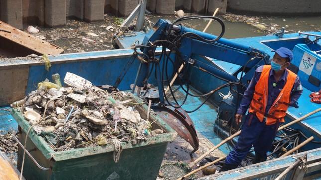 Hai cơn mưa ở TPHCM làm chết gần 14 tấn cá trên kênh ảnh 4