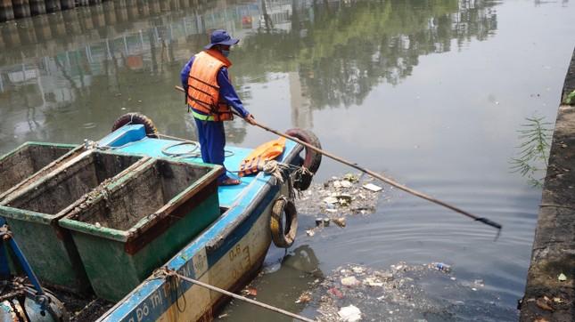 Hai cơn mưa ở TPHCM làm chết gần 14 tấn cá trên kênh ảnh 8