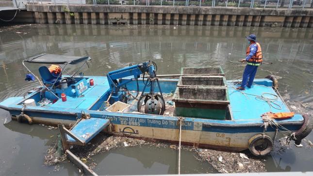 Hai cơn mưa ở TPHCM làm chết gần 14 tấn cá trên kênh ảnh 10