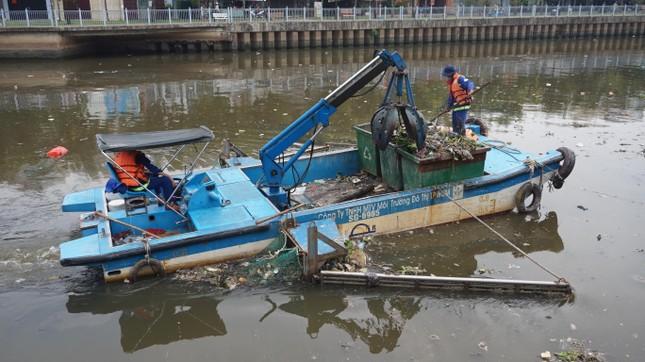 Hai cơn mưa ở TPHCM làm chết gần 14 tấn cá trên kênh ảnh 11