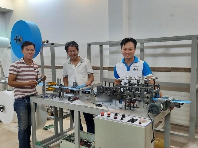 Nhóm giảng viên ĐH Bách khoa TP. HCM chế tạo máy sản xuất khẩu trang y tế ảnh 1