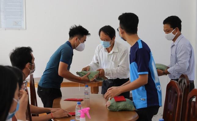Trường ĐH Trà Vinh tặng quà cho du học sinh Campuchia ảnh 1