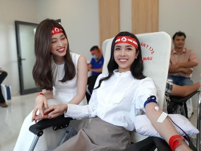 Á hậu Phương Nga và Á hậu Thúy An rạng ngời trong ngày hội hiến máu ảnh 8