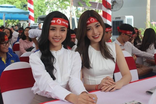 Á hậu Phương Nga và Á hậu Thúy An rạng ngời trong ngày hội hiến máu ảnh 1