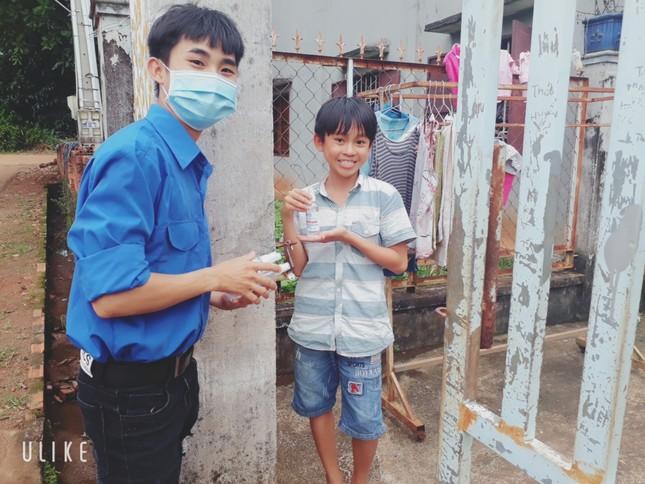 Tuổi trẻ ĐH Công nghệ Miền Đông tích cực chung tay đẩy lùi COVID-19 ảnh 14