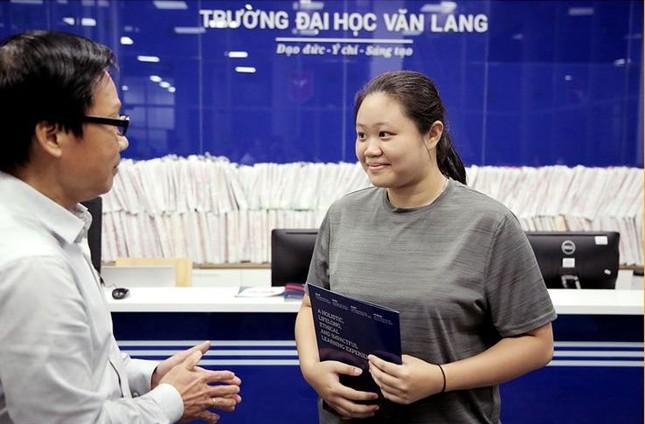 Trường ĐH Văn Lang trao học bổng 100% cho cô học trò nghèo ảnh 1