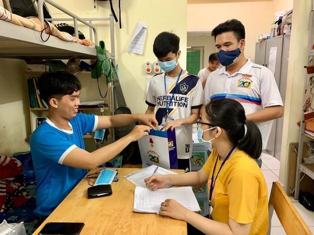 Sinh viên KTX ĐHQG TP. HCM ủng hộ bà con miền Trung gần 400 triệu đồng ảnh 5