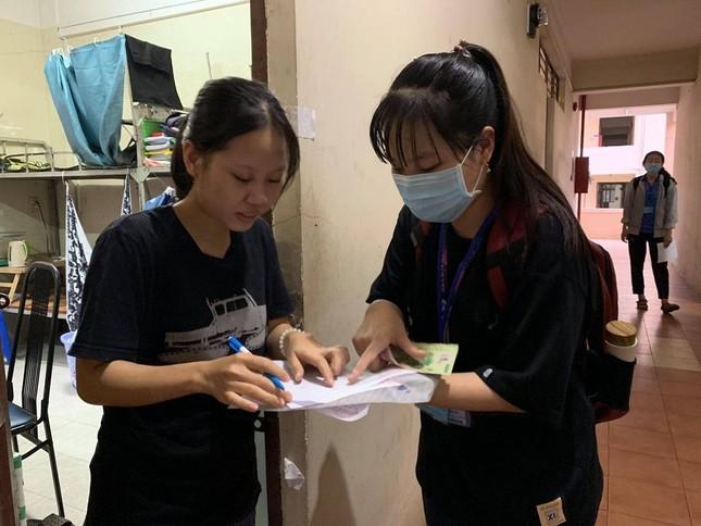 Sinh viên KTX ĐHQG TP. HCM ủng hộ bà con miền Trung gần 400 triệu đồng ảnh 8