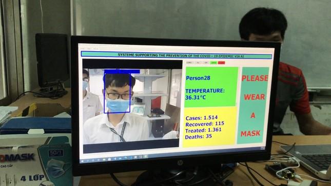 Sinh viên chế máy nhắc đeo khẩu trang và đo thân nhiệt không tiếp xúc ảnh 1