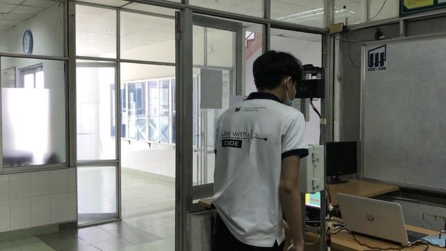 Sinh viên chế máy nhắc đeo khẩu trang và đo thân nhiệt không tiếp xúc ảnh 3