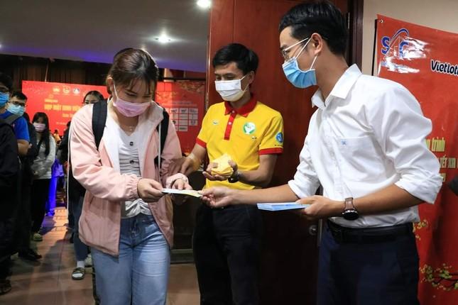 TP. HCM: Tặng quà cho sinh viên đón Tết xa nhà  ảnh 2