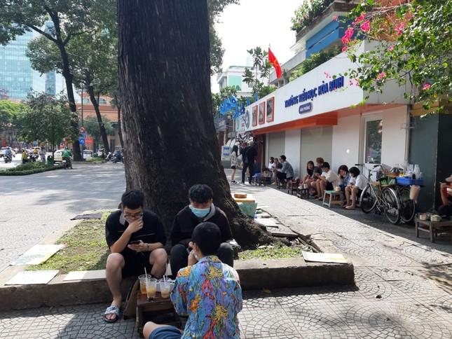 TP. HCM: Hàng quán bắt đầu nhộn nhịp trở lại ảnh 1