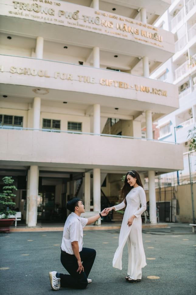Cặp đôi về lại trường cũ chụp ảnh cưới siêu cute ảnh 12