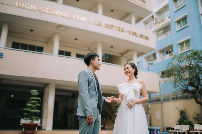 Cặp đôi về lại trường cũ chụp ảnh cưới siêu cute ảnh 1