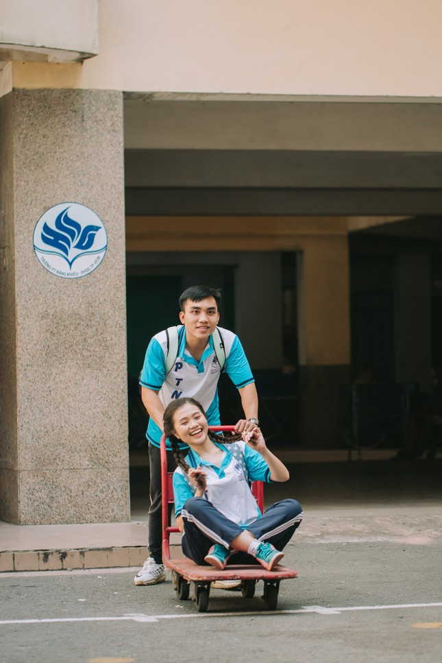 Cặp đôi về lại trường cũ chụp ảnh cưới siêu cute ảnh 9