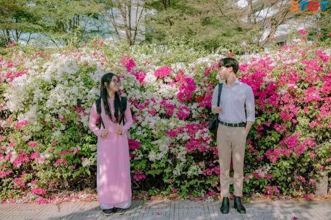 """""""Bão like"""" với bộ ảnh bên hoa giấy của cặp đôi sinh viên trường ĐH Tôn Đức Thắng  ảnh 8"""
