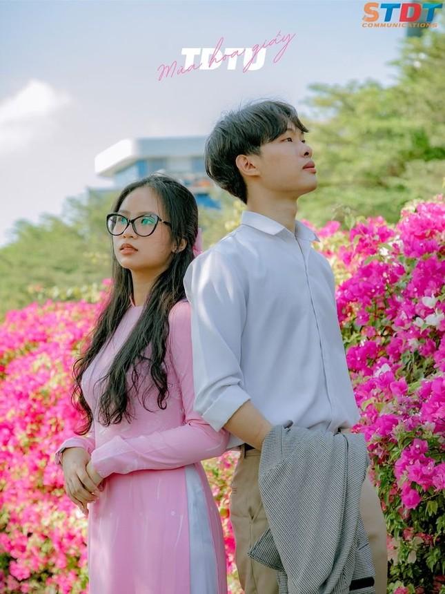 """""""Bão like"""" với bộ ảnh bên hoa giấy của cặp đôi sinh viên trường ĐH Tôn Đức Thắng  ảnh 7"""