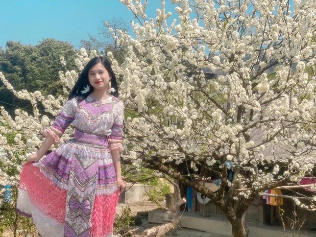 """Cô giáo trẻ hóa thân thành """"nàng thơ"""" giữa rừng hoa mận Sa Pa ảnh 1"""