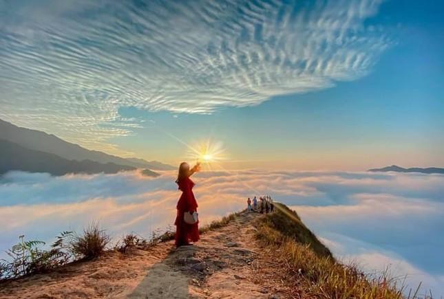 Lặng ngắm biển mây trên đỉnh Tà Xùa ảnh 3