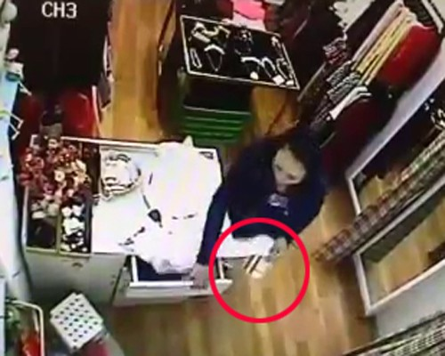 Quý bà vào shop Hà Nội trộm ví tiền nhanh như chớp ảnh 2