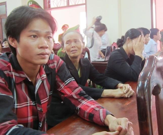 Người thân 5 phu trầm bị sát hại rơi lệ trong phiên xử ảnh 2