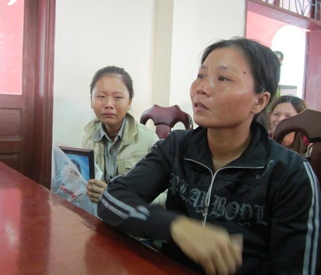Người thân 5 phu trầm bị sát hại rơi lệ trong phiên xử ảnh 4