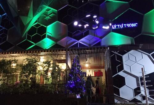 Cảnh sát phong tỏa đường trung tâm Sài Gòn, đột kích quán bar ảnh 1