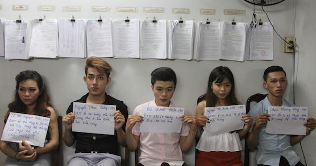 Cảnh sát tuần tra bắt 5 thanh niên tàng trữ ma tuý trên taxi ảnh 1