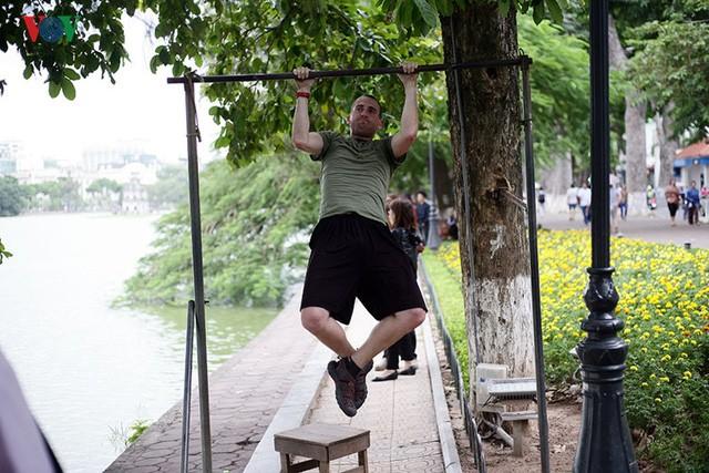 Cụ ông 76 tuổi vẫn ngày ngày tập đẩy tạ bên hồ Hoàn Kiếm ảnh 9
