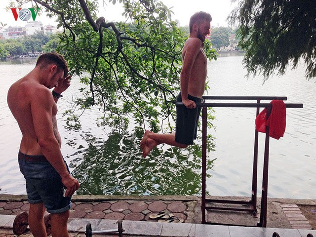 Cụ ông 76 tuổi vẫn ngày ngày tập đẩy tạ bên hồ Hoàn Kiếm ảnh 10