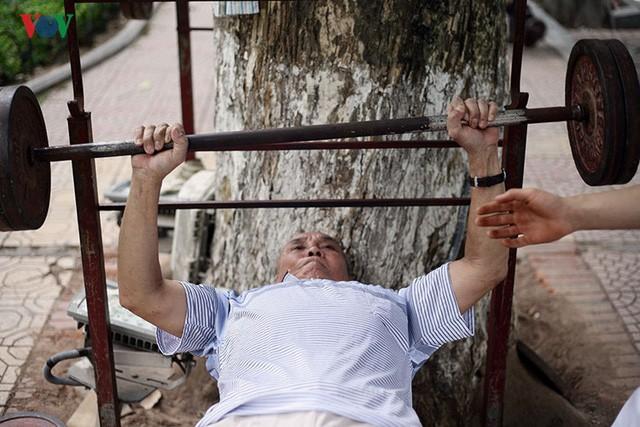 Cụ ông 76 tuổi vẫn ngày ngày tập đẩy tạ bên hồ Hoàn Kiếm ảnh 1